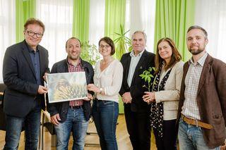 LR Rudi Anschober, Ercan Sen, Gerlinde Larndorfer-Armbruster (Bodenbündnis OÖ), Bürgermeister Franz Füreder und Susanna Kolb (Bienenfreundliche Gemeinde Ottensheim) und Dominik Linhard (Global 2000).