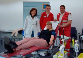 Dr. Martha Unterlercher, Mario Opietnik, Patrick Egger (Rotes Kreuz Kärnten) und Kerstin Wlk (Mitarbeiterin Hofer) in Aktion