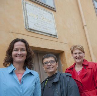 """Ein Blick in die Vergangenheit: Die scheidende Klubobfrau Eva Glawischnig mit Landesparteisprecherin Helga Krismer im Rahmen der """"Grüne on Tour""""-Kampagne 2014"""