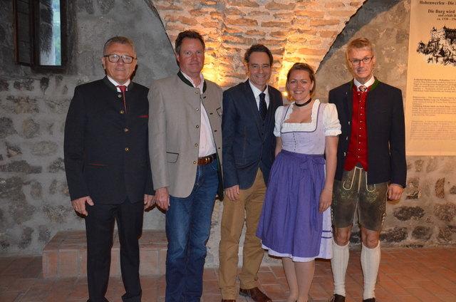 Obmann Hubert Steiner-Holzmann, Vorsitzender des Aufsichtsrates Rudolf Palzenberger, Schauspieler und Kabarettist  Thomas Landl, Daniela Maier und GL Direktor Josef Eisl (v.li.).
