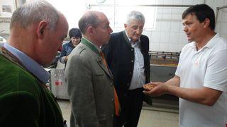 Bäckermeister Karl Mayer (re.) erklärt Agrar-Landesrat Max Hiegelsberger den Keimprozess.