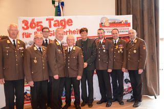 Kommandant Michael Hutterer (4. v. li.) erhielt ÖBFV-Verdienstzeichen Stufe II.