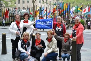 Die Delegation der Trachtengruppe Sörg mit Obfrau Marion Karnath (links vorne) vor dem Rockefeller Center