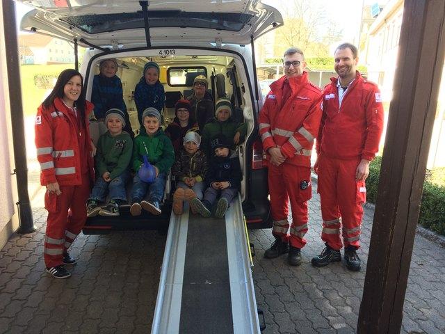 Die Kinder durften den Rettungswagen genau unter die Lupe nehmen.