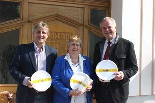 Herta Hummel mit Bürgermeister Josef Germ und Landtagsabgeordneten Hermann Haller.