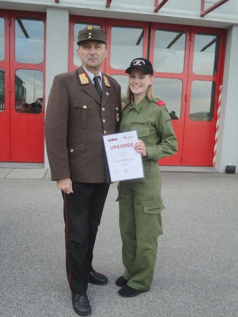 Bezirksfeuerwehrkommandant Alfred Deschberger gratulierte Tanja Hatzmann.