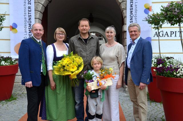 Landesrat Max Hiegelsberger, Karin Imlinger-Bauer, Jürgen und Noah Einrahmhof, Vbgm. Manuela Neubauer und Bgm. Gerhard Obernberger (von links)