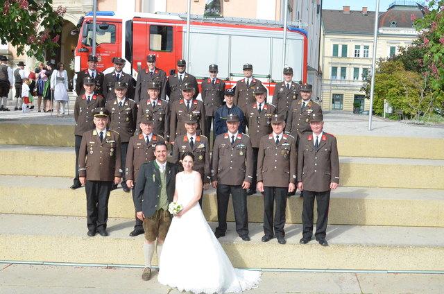 Die Kameraden der Feuerwehr Gleisdorf und Stubenberg am See Gratulierten dem Brautpaar zur Vermählung in Gleisdorf.
