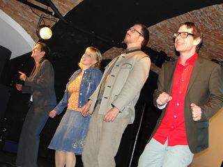 v.l.: Renate Sajko-Schenk, Evenline Hütter, Richard Hornischer und Laszlo Palocz auf der Bühne des Kulturkellers.