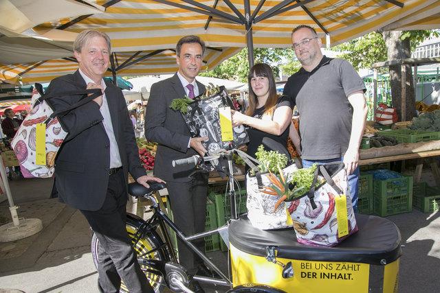 Gruppenbild mit Tasche: Roland Reischl (WOCHE/l.) und Bürgermeister Siegfried Nagl mit den Gewinnern Monika Jeber und Andreas Wusser.