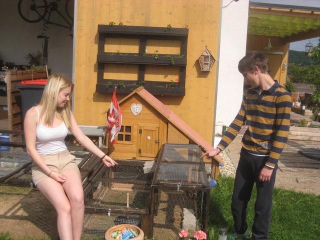 Annika (18) unterstützte ihren Bruder Marco (16) bei der Hasenpflege.