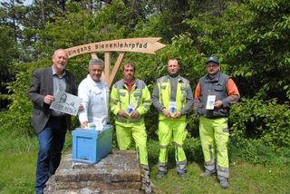 Bürgermeister Horst Gangl mit Bienenzuchtverein-Obmann Leopold Bauer und den Gemeindearbeitern Johann Edelbauer, Martin Idinger und Manuel Smrsch.