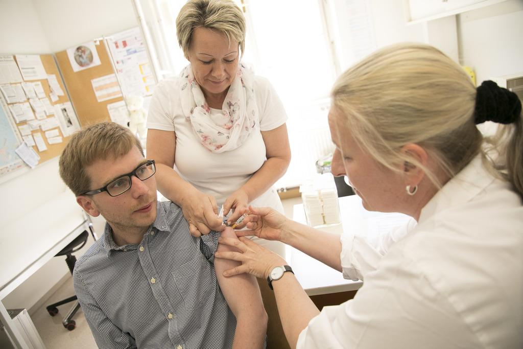 Ein kleiner Stich mit großer Wirkung: KPÖ-Gesundheitstadrat Robert Krotzer lässt sich von Eva Winter (r.) impfen.