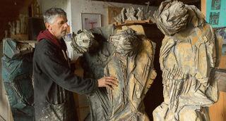 """Bildhauermeister Lois Fasching bei der Arbeit an der Skulptur """"Empfangt den Heiligen Geist"""" Joh 20,22."""