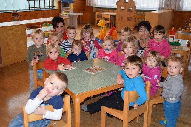 """Ein Bild aus glücklicheren Tagen: Andrea Lindtner (rechts) mit """"ihren"""" Kindern in der Krabbelstube Märchenland."""