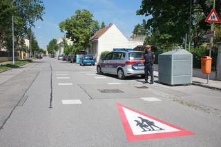 Polizeibeamter Roland Gelsamm vor den neuen Bodenmarkierungen in der Römerstraße beim Kindergarten Mannswörth