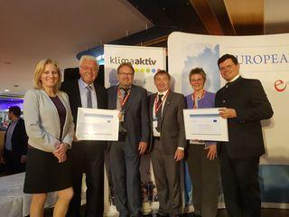 Die e5-Betreuerin der neu DI Monika Panek und der Energiebeauftragte der Stadt Ternitz Ing. Helmut Million bei der Verleihung des European Energy Award.