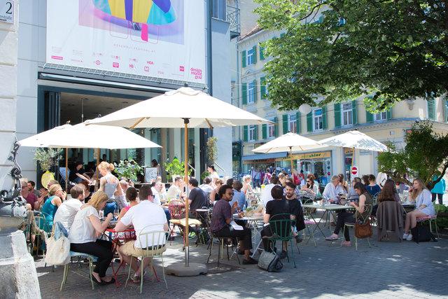 In Graz lässt kann man an vielen Ecken, wie hier im Kunsthauscafé am Südtirolerplatz, die warmen Temperaturen und Sonnenstrahlen genießen.