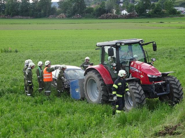 Die Feuerwehren Saxen und Reitberg bei der Fahrzeugbergung.