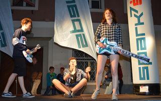 Franz Hopfgartner, Michael Niedl und Anna Eichhorn sind die Waidhofner Luftgitarren-Stadtmeister.