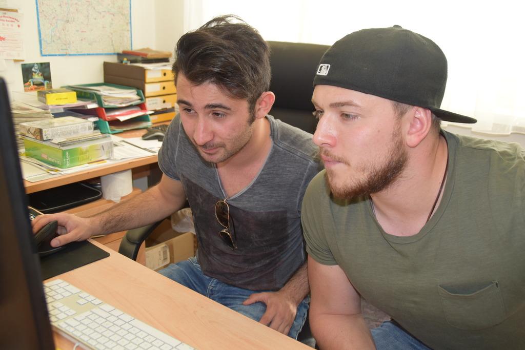 Heftige Diskussionen: den Test nehmen Peter Power und DJ Envegas ernst.