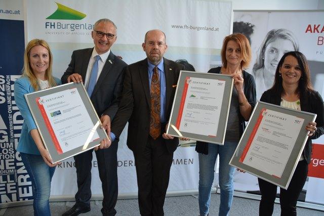 TÜV-Gutachter Gerhard Eichinger (m.) überreichte die Zertifikate an die erfreuten Geschäftsführer der drei Unternehmen.