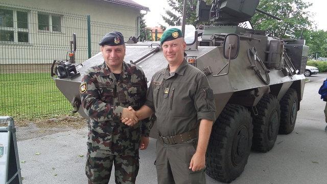 Major Gerhard Tschabitzer konnte Generalmajor Alojz Šteiner in den Mannschaftstransportpanzer Pandur einweisen.