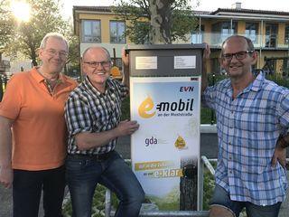 Günther Schachermayer, Johann Spreitzer, Erich Pfaffenbichler vor der E-Tankstelle in Seitenstetten.