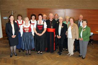 Erzbischof Franz Lackner und E.  Kandler-Mayr freuen sich mit den OrdensträgerInnen aus dem Tiroler Teil der Erzdiözese.
