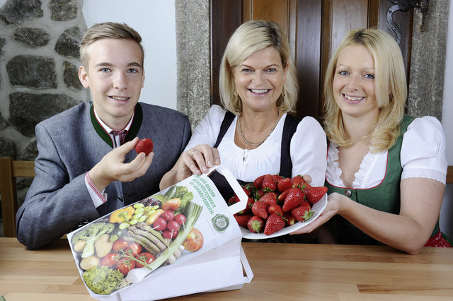 Niederösterreichs Bauernbunddirektorin Klaudia Tanner und die niederöšsterreichischen Erdbeerbauern laden auf 60 Feldern zum SelberpflŸücken ein
