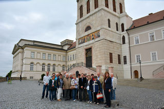 Die Besucher der Marktgemeinde Sieghartskirchen vor der Erzabtei Pannonhalma.