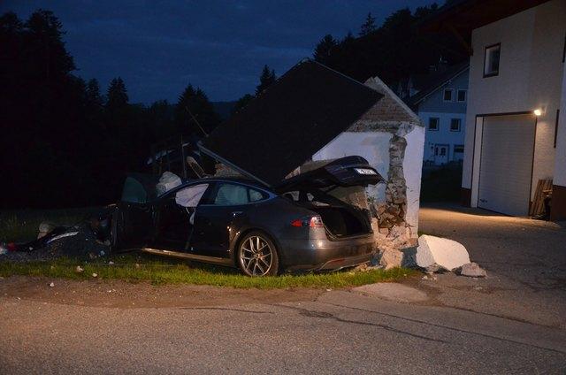Die beiden Autoinsassen blieben unverletzt. Das teure Elektro-Auto ist kaputt.