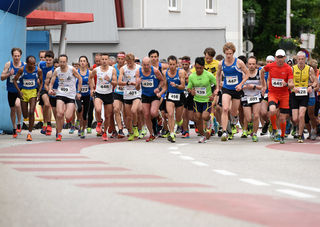 Zahlreiche Laufenthusiasten fanden sich beim 10. Papierstadtlauf in Laakirchen ein.