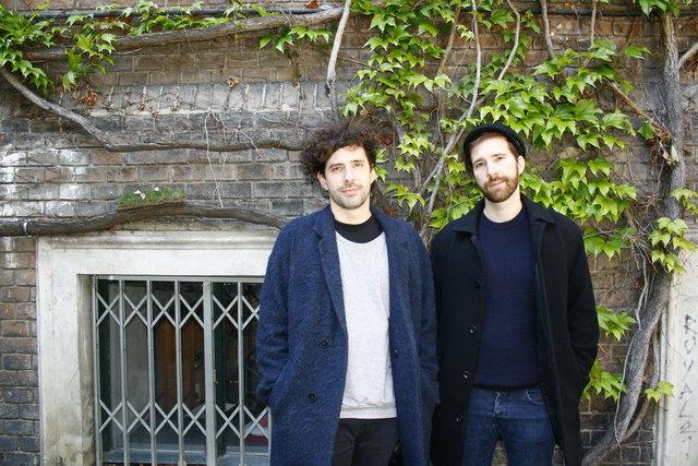 """Im WUK ums Eck vom """"Studio"""" hat so mancher Abend geendet. """"Man kann in der Atmosphäre einfach unaufgeregt über die Musik und das Projekt sprechen"""", befinden Daniel Hämmerle (links) und Tobias Hämmerle (rechts)."""