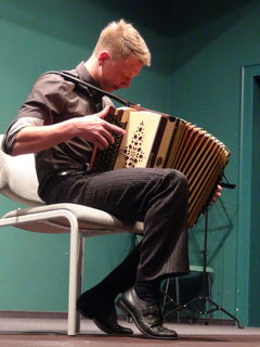 Der musikalisch vielseitige Andreas Jamnik spielte Eigenkompositionen.