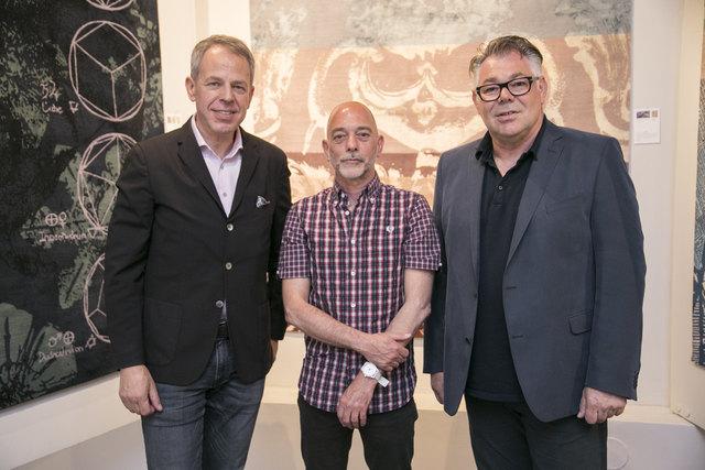 Modernes Design, traditionelles Handwerk: Harald Geba, Klaus Kempenaars und Eberhard Schrempf (v. l.) eröffneten die Ausstellung.