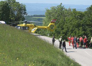 Der ÖAMTC Notarzthubschrauber bringt den bewusstlosen Paragleiter ins Krankenhaus.