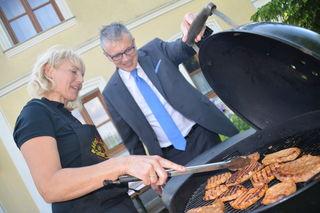 Vize-Grillstaatsmeisterin Christa Eppensteiner und Bezirksblätter Restauranttester August Teufl beim gemeinsamen Grillen.