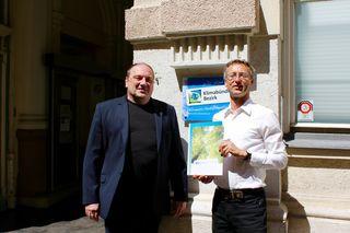 Bezirksvorsteher Gerard Zatlokal mit dem neuen Klimaschutzbeauftragten im Bezirk Markus Mondre