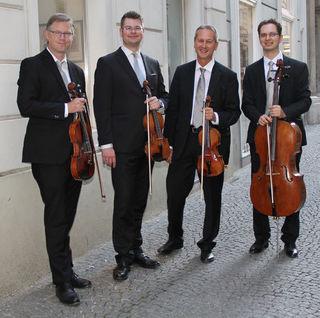"""Der Geiger Dieter Benedek (2.v.r.) spielt die erste Geige und leitet das Streichquartett """"Classic Strings""""."""