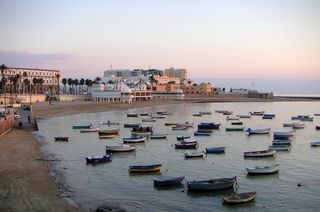 Die Altstadt und ihr Strand Caleta de la Playa bei Sonnenaufgang.