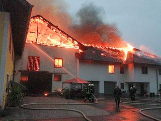 In der Ortschaft Mitterleiten bei Schörfling am Attersee mussten Dienstagabend 13 Feuerwehren zu einem Großbrand auf einen Bauernhof ausrücken.