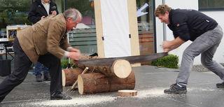 Einmal beim machen und einmal beim heizen. So gesehen in Sandl am Maikirtag. Beim Holzscheiben-Schneidewettbewerb mit der Zugsäge kamen die Teilnehmer selbst bei den bescheidenen Außentemperaturen ins Schwitzen.