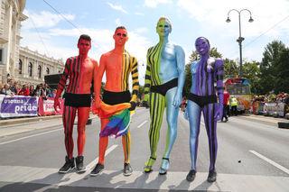 Jedes Jahr ziehen an die 150.000 Menschen bei der Regenbogenparade gegen die Diskriminierung von Homosexuellen über den Ring.