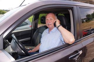 Keine Ablenkung beim Autofahren: WK-Obmann Walter Platteter telefoniert lieber bevor er wegfährt – vorbildlich!