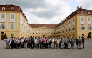 Die Senioren vor dem Schloss Hof