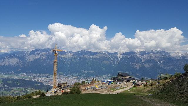 Blick über die Großbaustelle für die neue Bergstation am Patscherkofel, direkt neben dem Schutzhaus des Alpenvereins