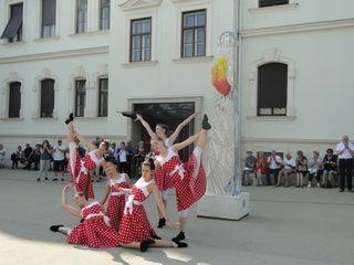 Tanz zur Eröffnung der Ausstellung mit 13 Obelisken.