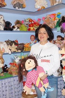 Ein Unikat in Wien: Karin Haider repariert Puppen, Geschirr und Stofftiere und führt ein umfangreiches Ersatzteillager.