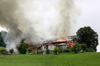 """Großbrand auf dem """"Roiderhof"""" in Oberhofen am Irrsee."""